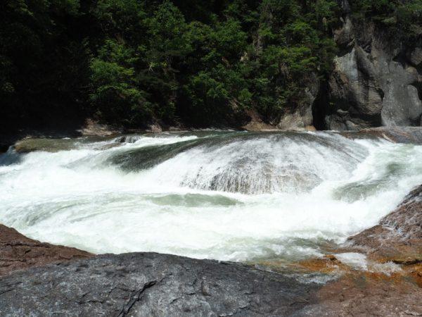 細い階段を降りると現れる滝の下流の写真です