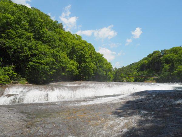 吹割の滝を正面からみた写真です