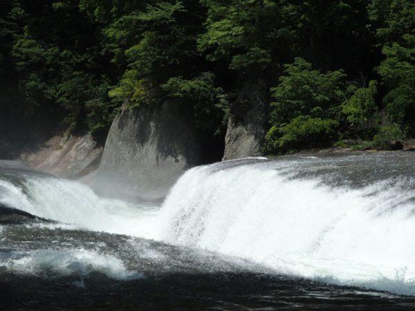 吹割の滝を横からみた写真です