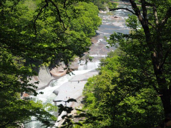 山の上の遊歩道からみた滝の写真です