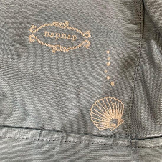 抱っこ紐についているシェルの刺繍の写真です