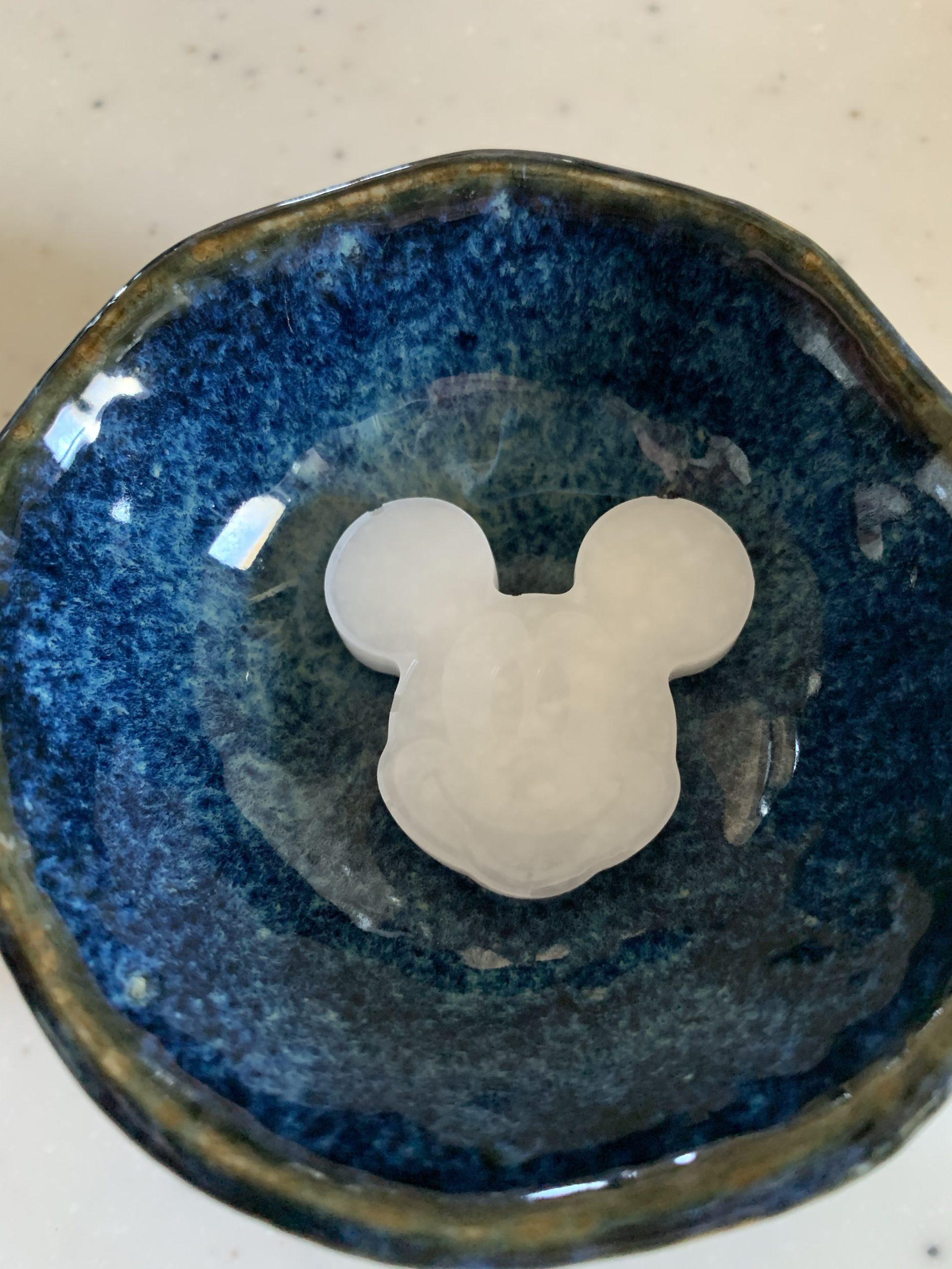 ミッキーマウス型にフリージングした10倍粥の写真です