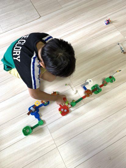子供が1人でマリオのコースを作った写真です