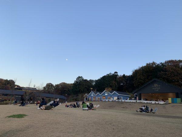 宮沢湖を一望できる無料の広場の画像です