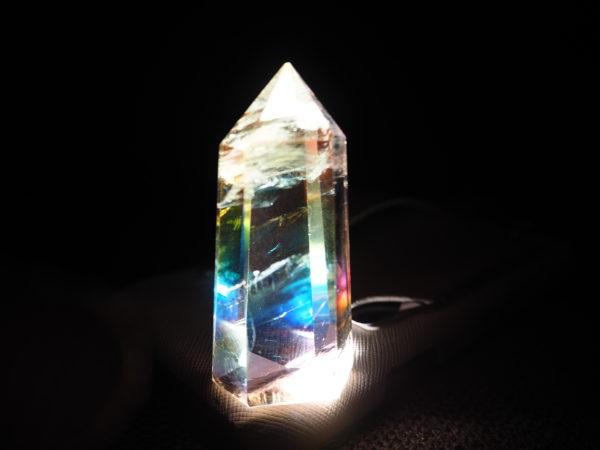 ライトの上においた石の画像です