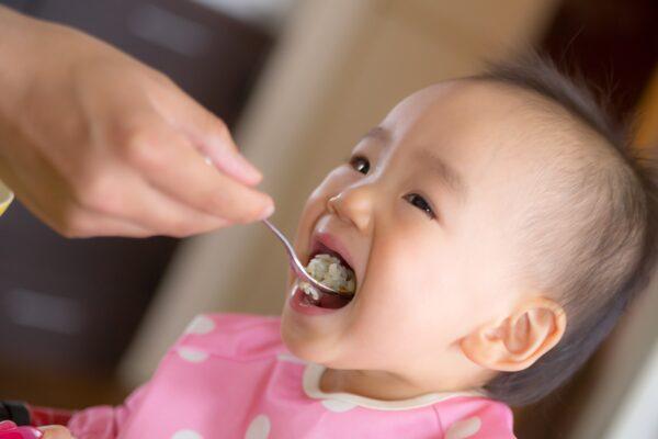 赤ちゃんが食事を食べている写真です