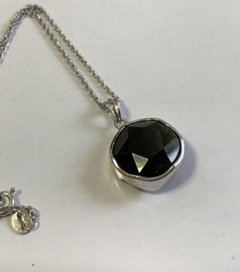 モルダバイトのネックレスの写真です